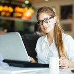 Frau mit Brille bei Onlinebestellung